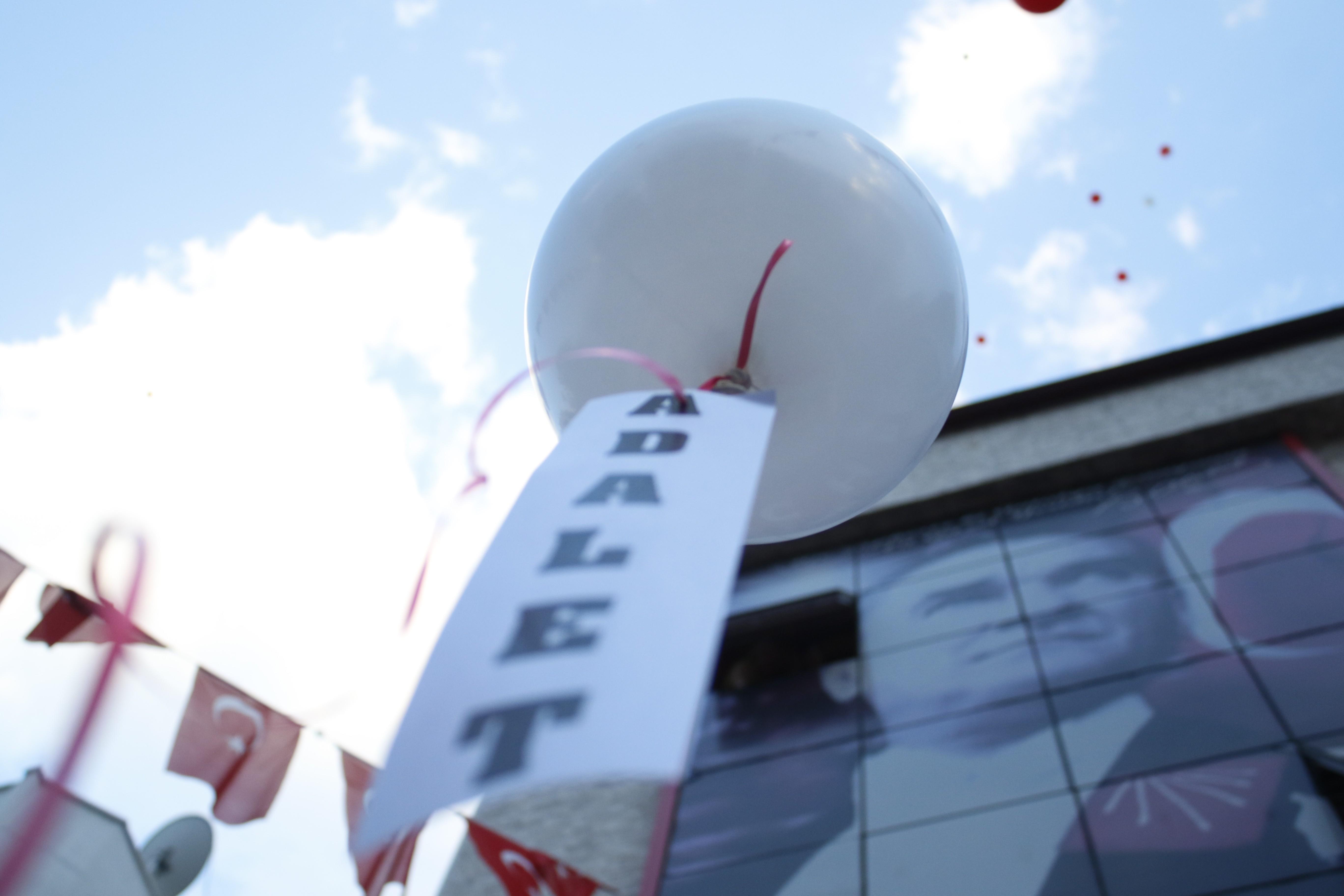 Antalya'da CHP'liler adalet için balon bıraktı