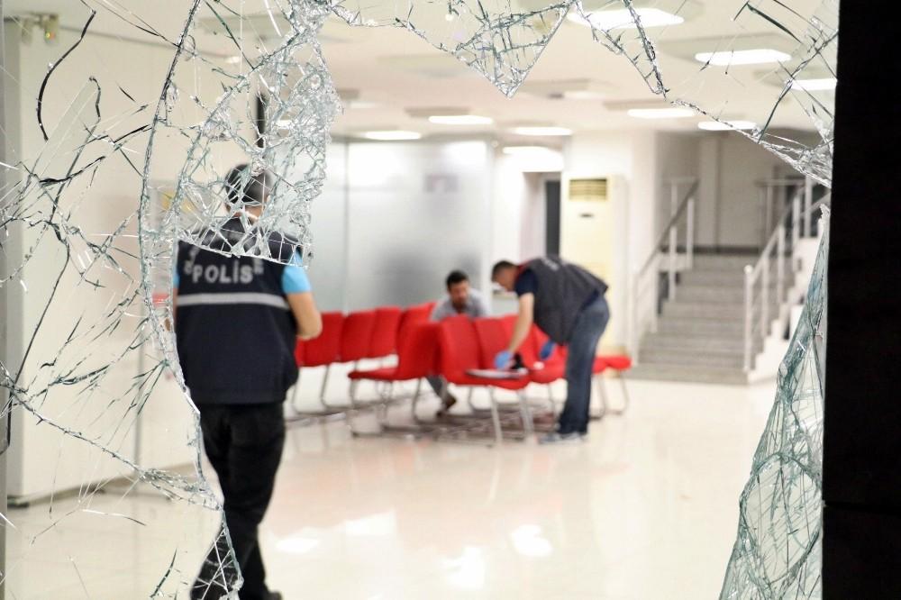 Antalya'da banka şubesine baltayla zarar veren şahıs teslim oldu
