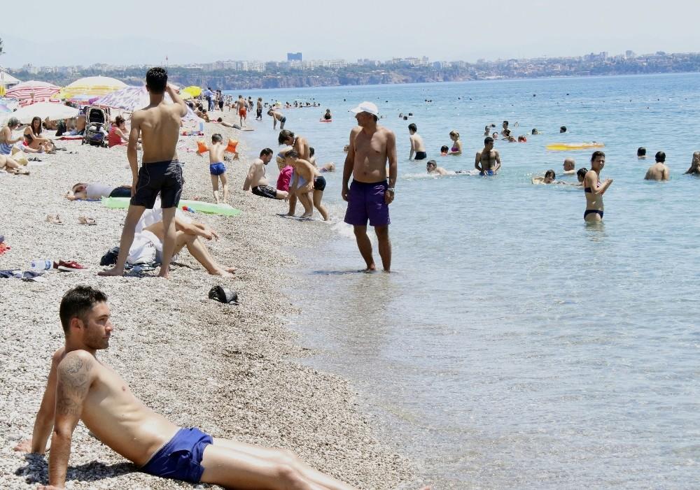 Antalya'da sahiller doldu nüfusu 4 milyonu buldu