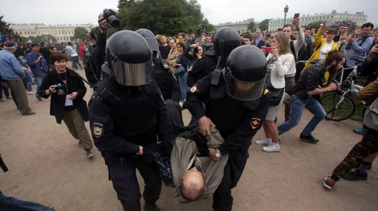 Rusya'yı karıştırdılar: 650 gözaltı
