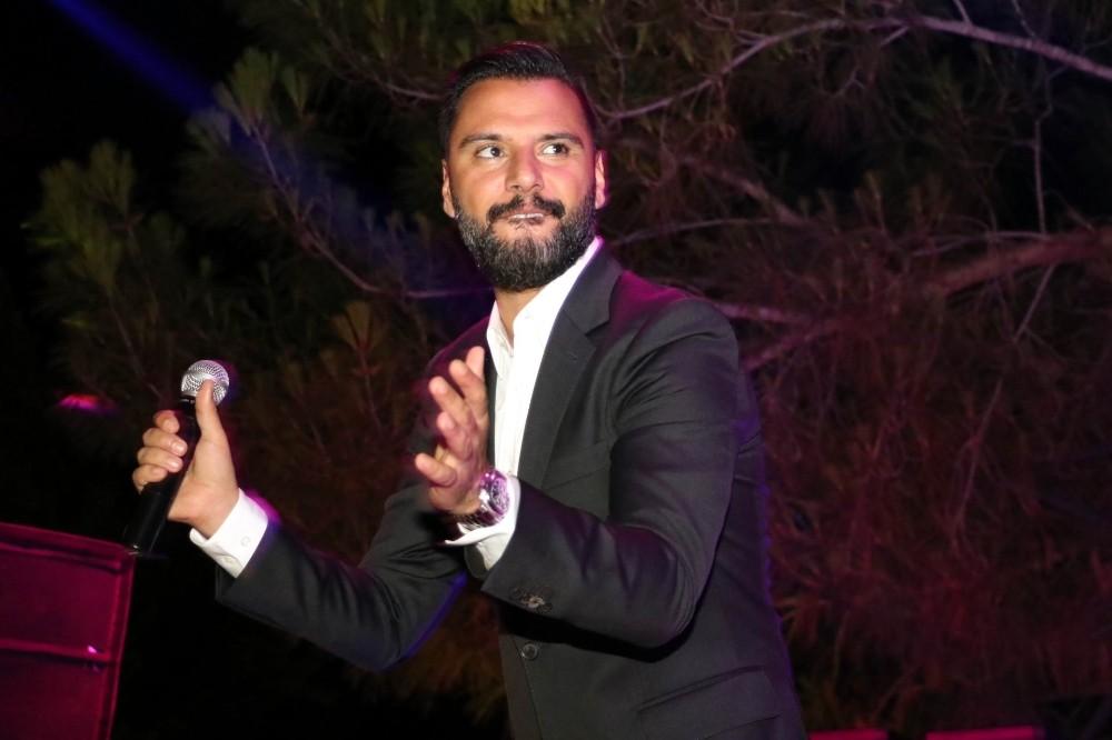 Ünlü şarkıcı Alişan muhafazakar otelde konser verdi