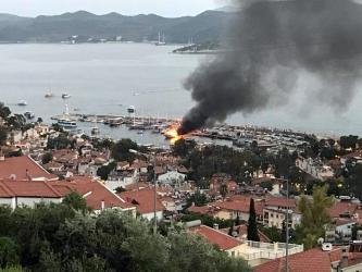 1.5 milyon değerindeki tekne yanarak battı