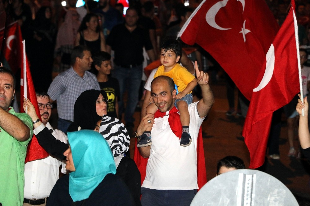 Antalya'da on binler demokrasi nöbeti için meydanları doldurdu