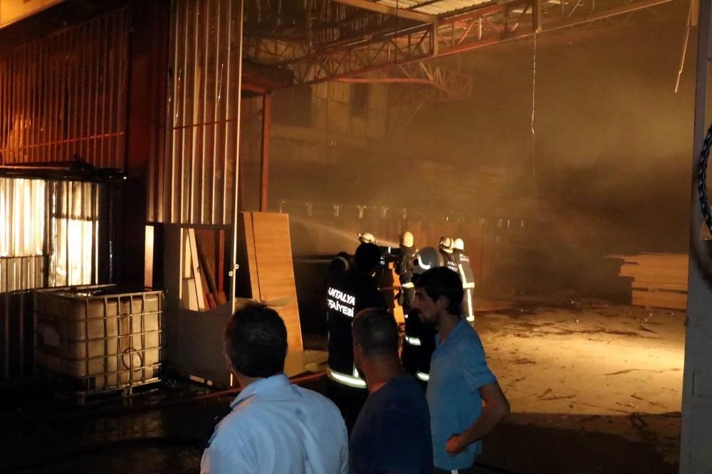 Antalya'da orman ürünleri firmasında yangın