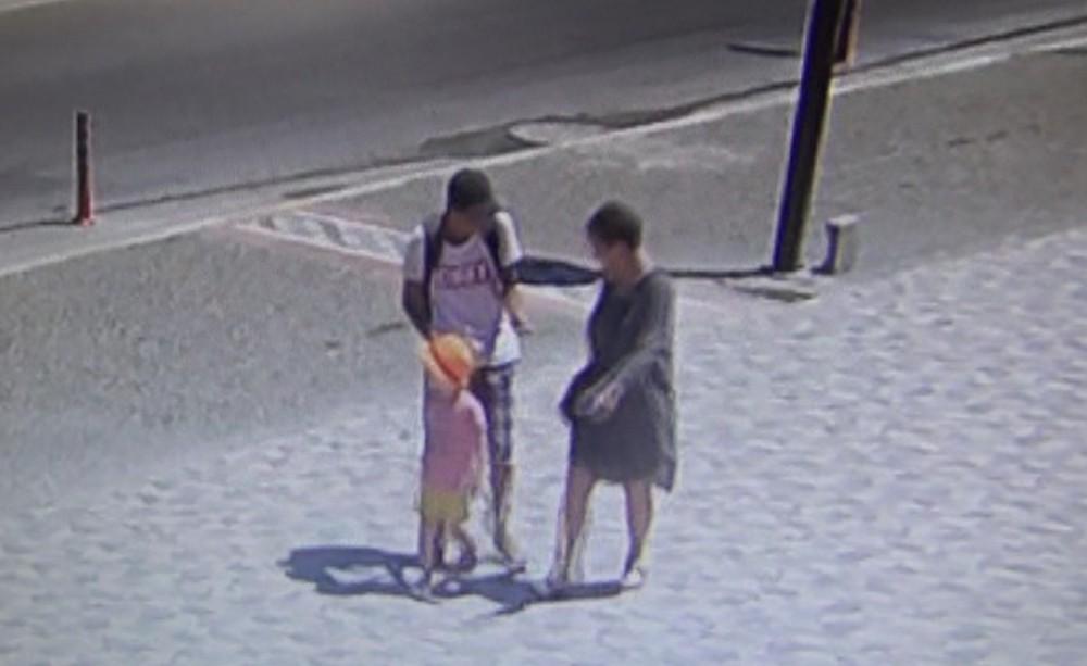 Antalya'da turist tezgahtarın telefonunu çaldı