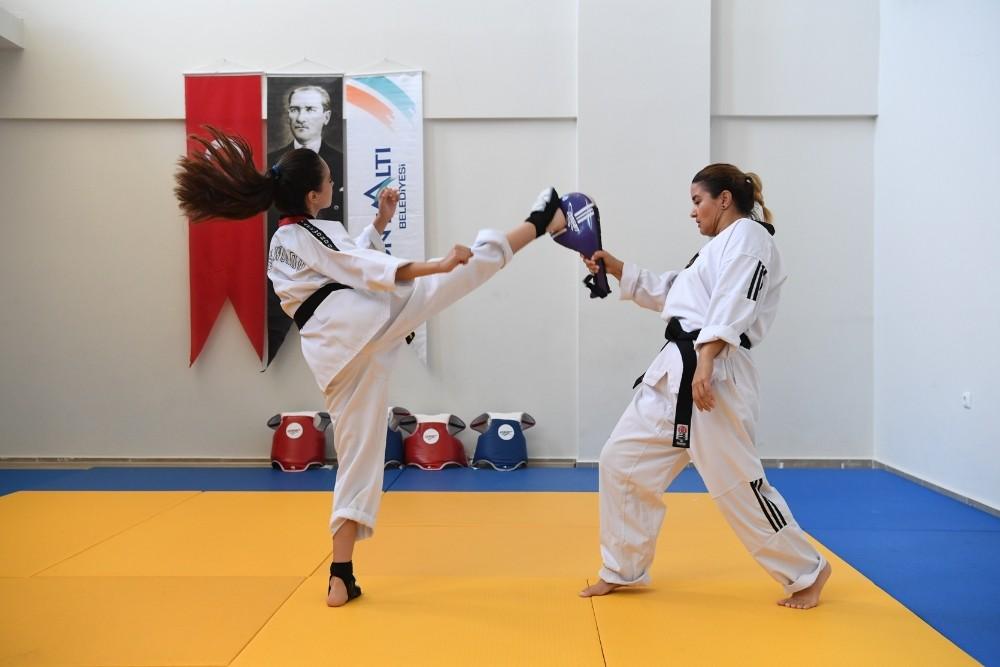 Konyaaltı'nda kız çocukları taekwondo öğreniyor