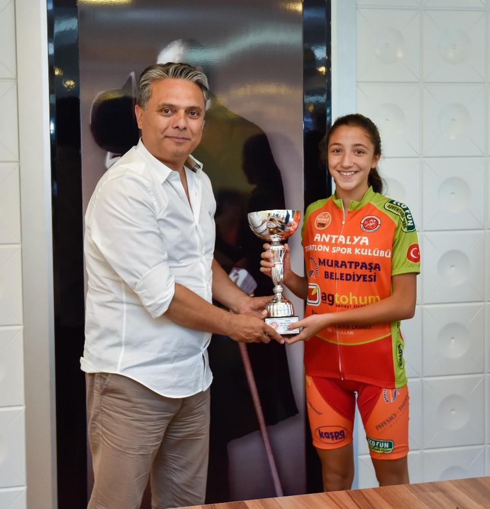 Şampiyonluk kupasını başkana hediye etti.