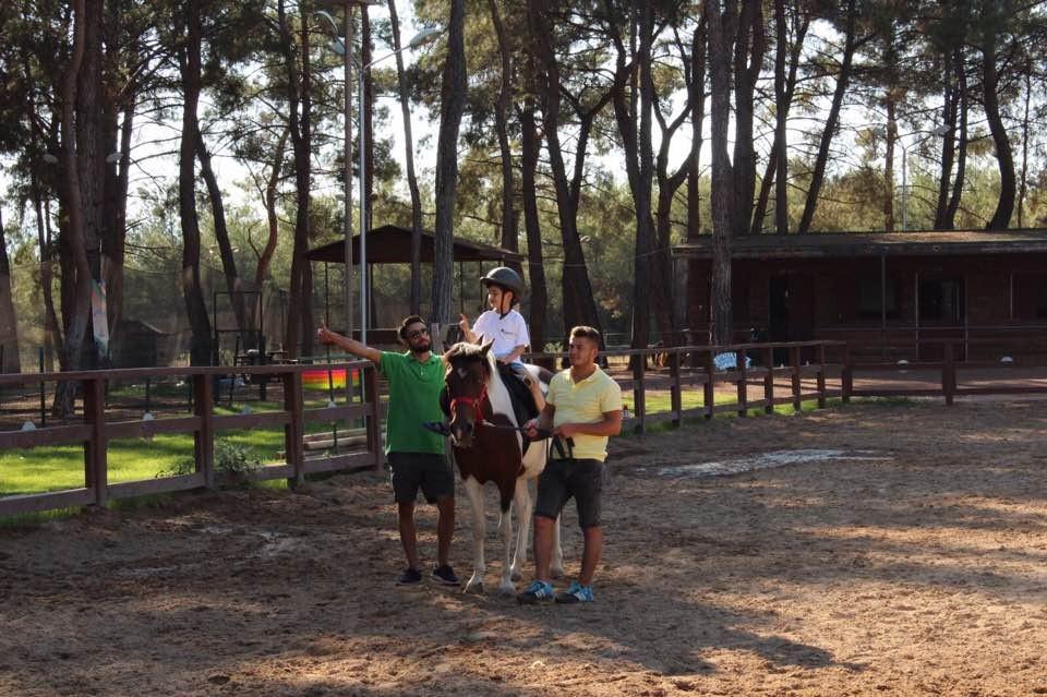 Otizmli çocuklara at terapisi