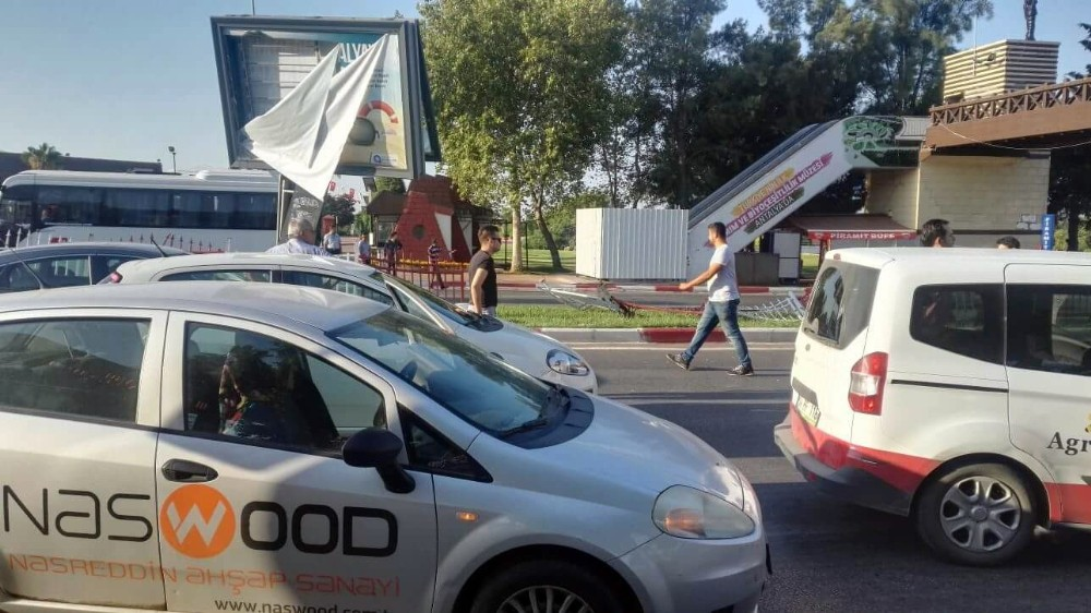Otomobil refüje çarptı: 1 ölü, 2 yaralı