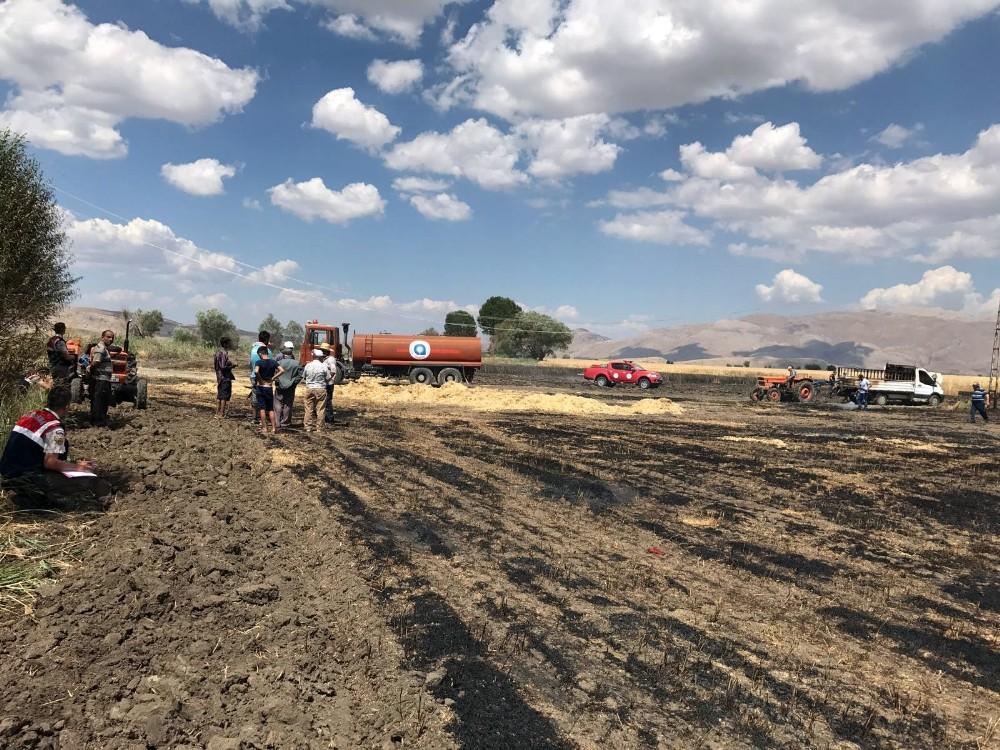 1 kamyonet, 70 balya ile 22 dönüm arpa ve buğday tarlası yandı