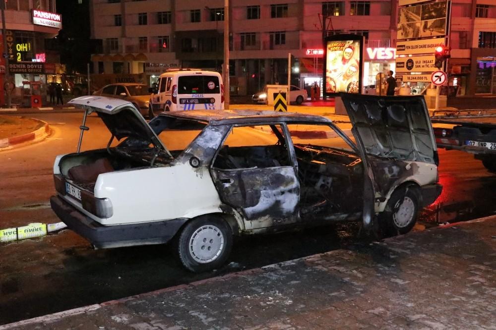 Antalya'da otomobil yandı, 4 kişi son anda kurtuldu