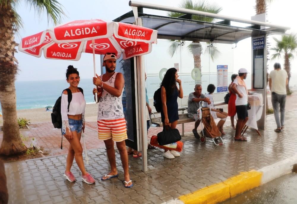 Antalya'da tatilcilere yağmur sürprizi