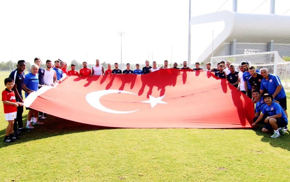 Antalyaspor'dan 30 Ağustos Zafer Bayramı için bayraklı kutlama