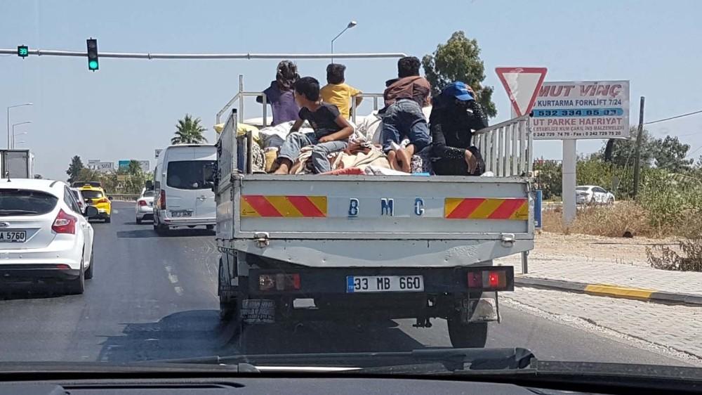 Çocukların kamyonet üzerinde tehlikeli yolculuğu
