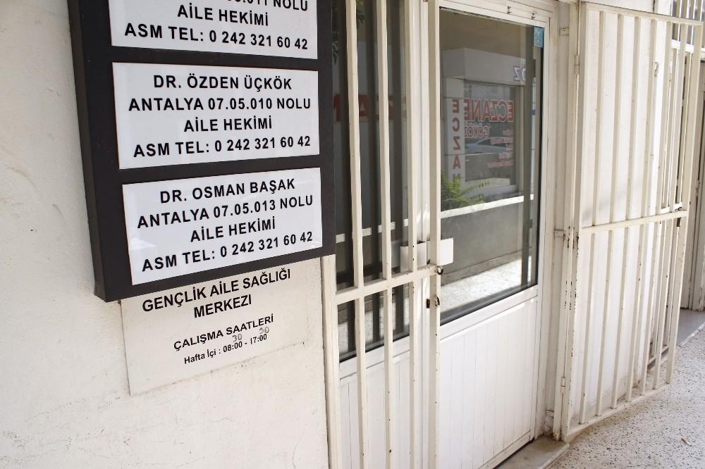 İlaç yazmayan doktorun odasının kapısını kırıp tehdit ettiler
