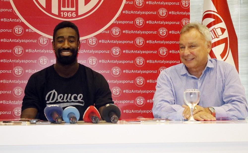 Johan Djourou, 3 yıllık sözleşmeyi imzaladı