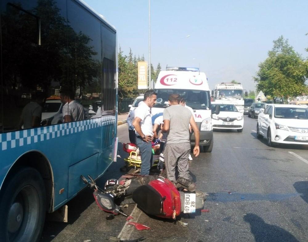 Motosiklet otobüse çarptı: 2 yaralı