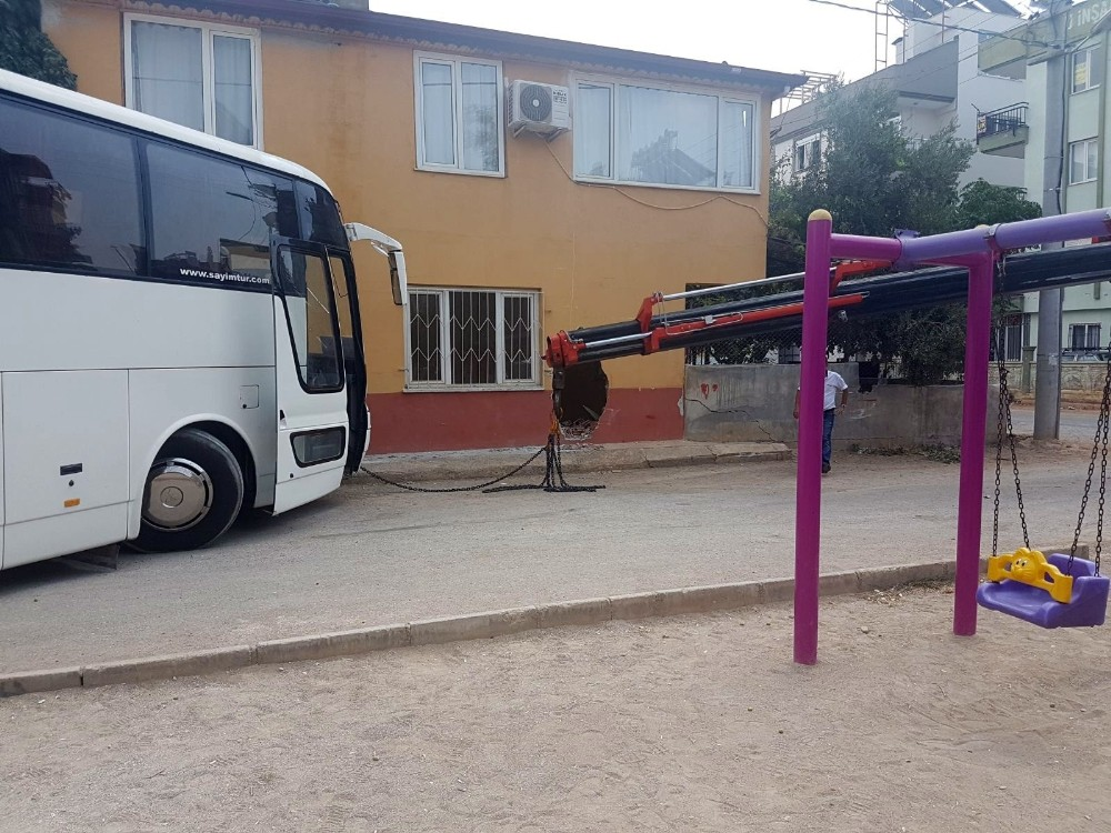 Otobüs önce eve sonra çocuk parkına girdi