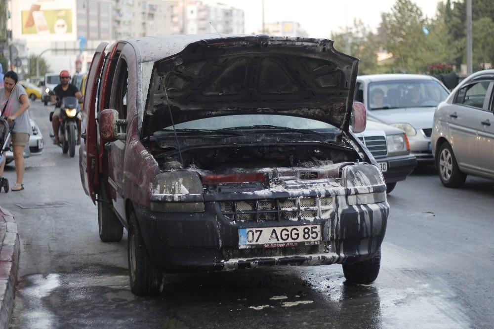 Sanayiden yeni çıkan araç seyir halindeyken yandı