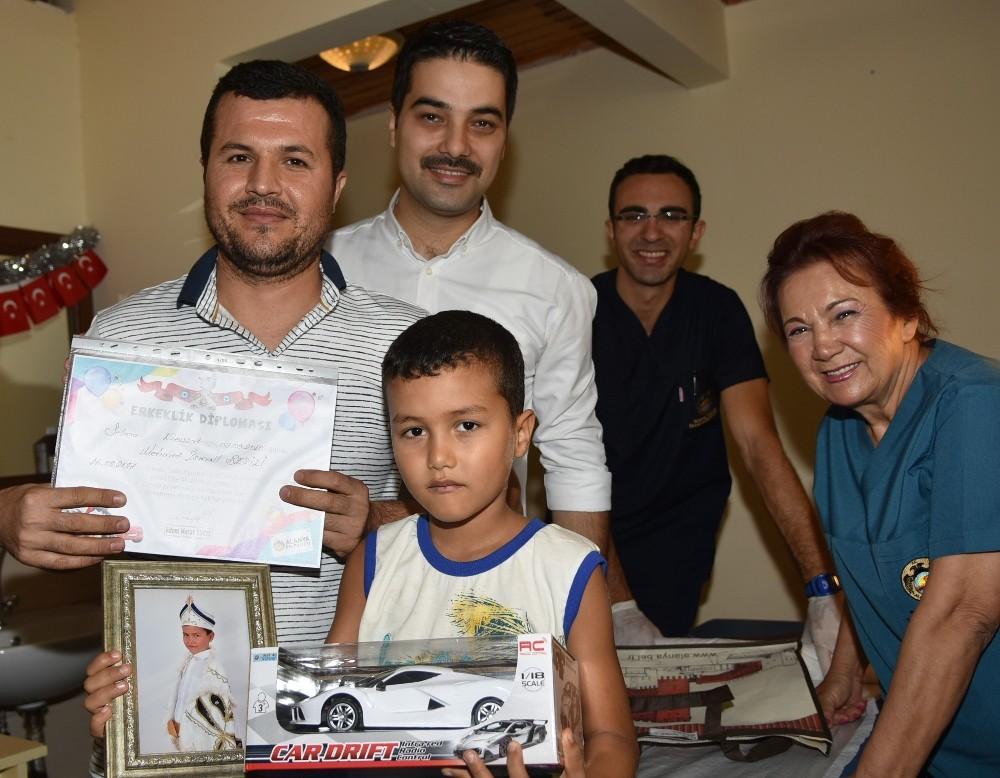 Sünnet olan çocuklara 'erkeklik diploması'