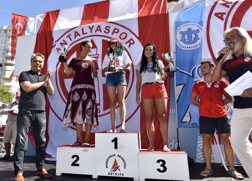 Yüzücülere ödüller Başkan Uysal'dan