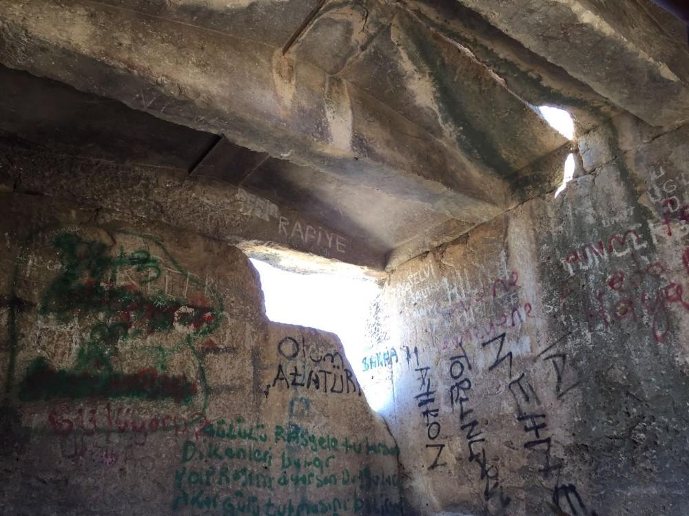 2500 yıllık lahit mezarı yap boz tahtasına çevirdiler
