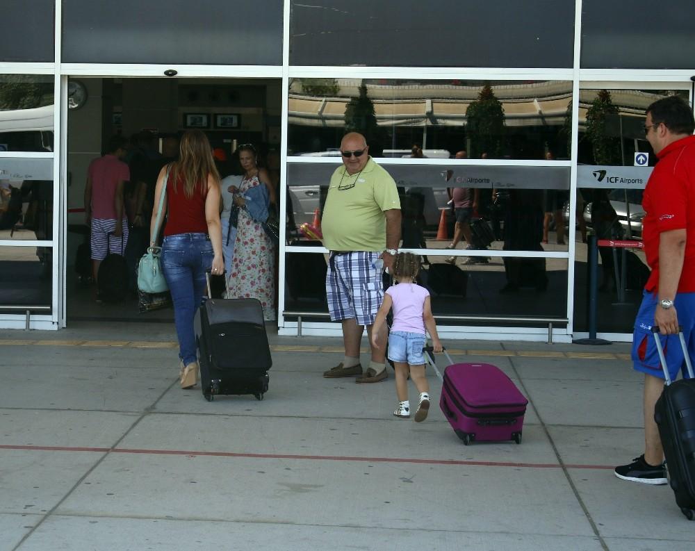 Antalya Havalimanı'nda giden yolcu yoğunluğu