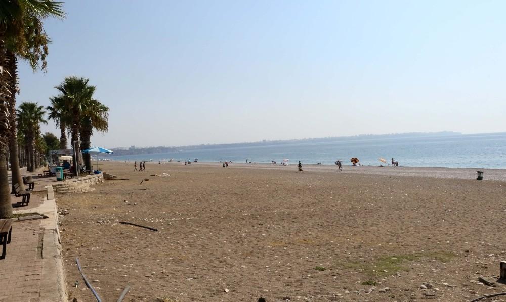 Antalya sahillerinde ilk gün sessizliği