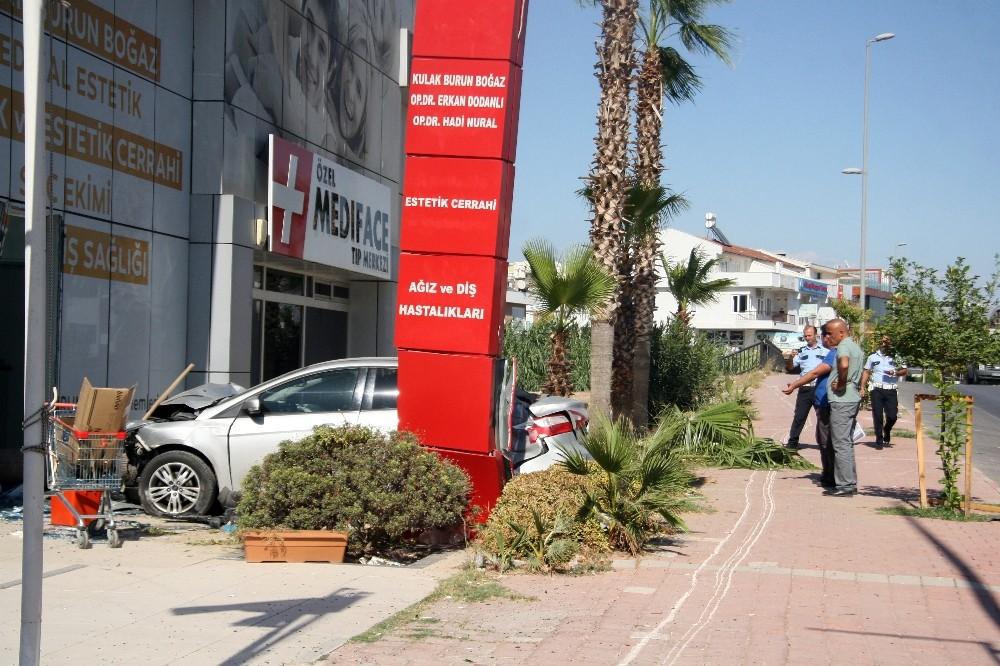 Otomobil sağlık merkezine girdi