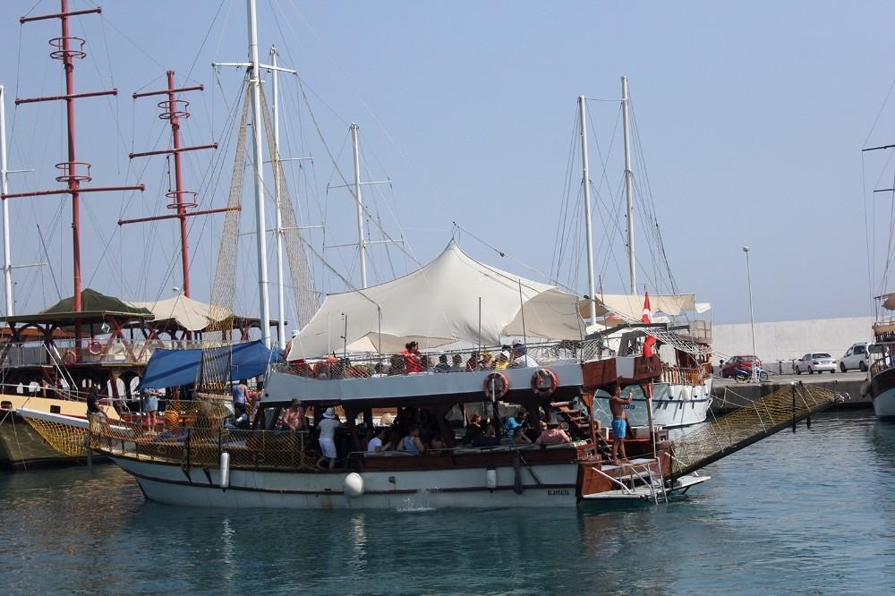 Dalış için tekne turuna çıkan turistler ölümden döndü