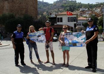 Denizden gelen Lübnanlıları polis haritayla karşıladı