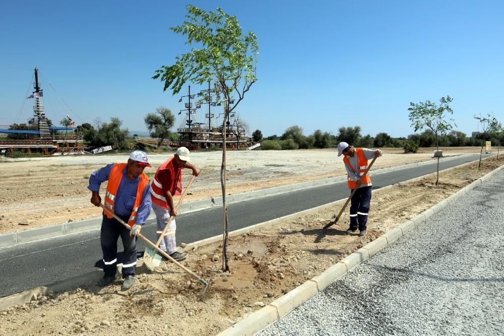 Manavgat Belediyesi ırmak kenarını ağaçlandırıyor