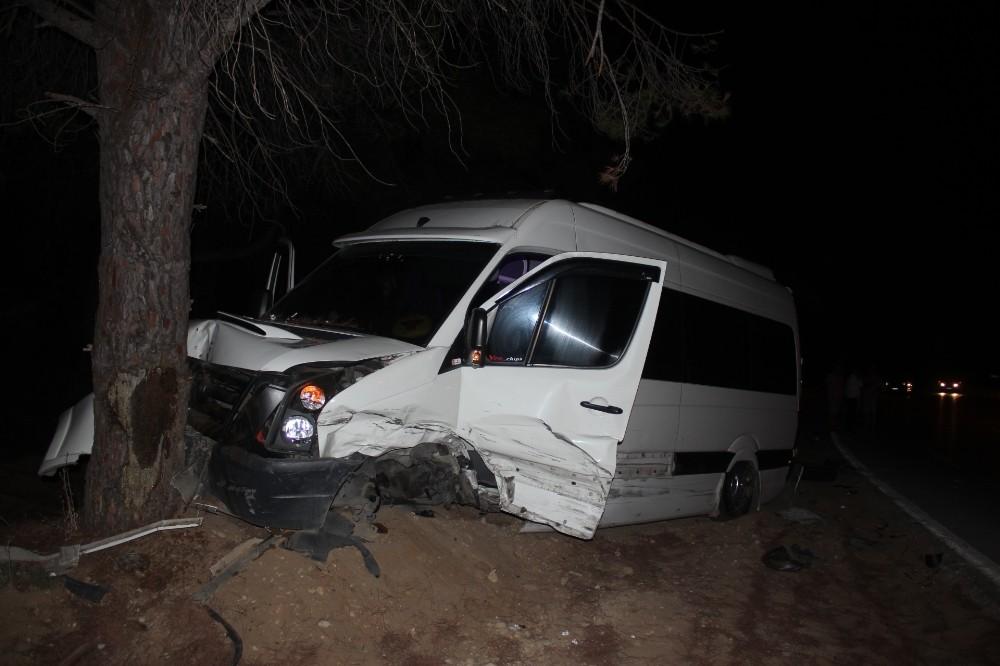 Manavgat'ta otomobil tur minibüsüne çarptı: 1'i turist 3 yaralı