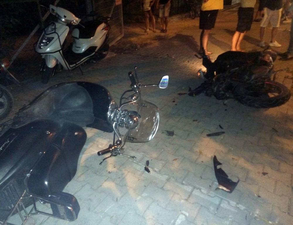 Otomobil önce motosiklete sonra turist çifte çarptı: 1 ölü, 2 yaralı