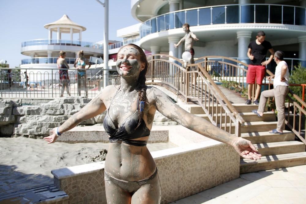 Rus turistler çamur banyosuyla stres atıyor