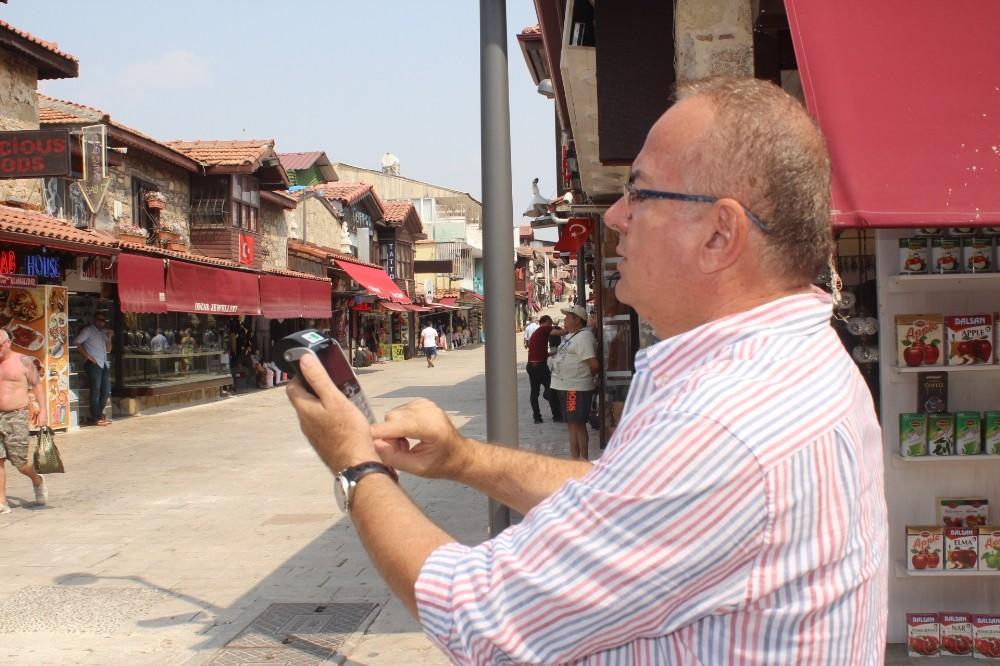 Side esnafı tahsilat için pos cihazına sokakta hat bulmaya çalışıyor