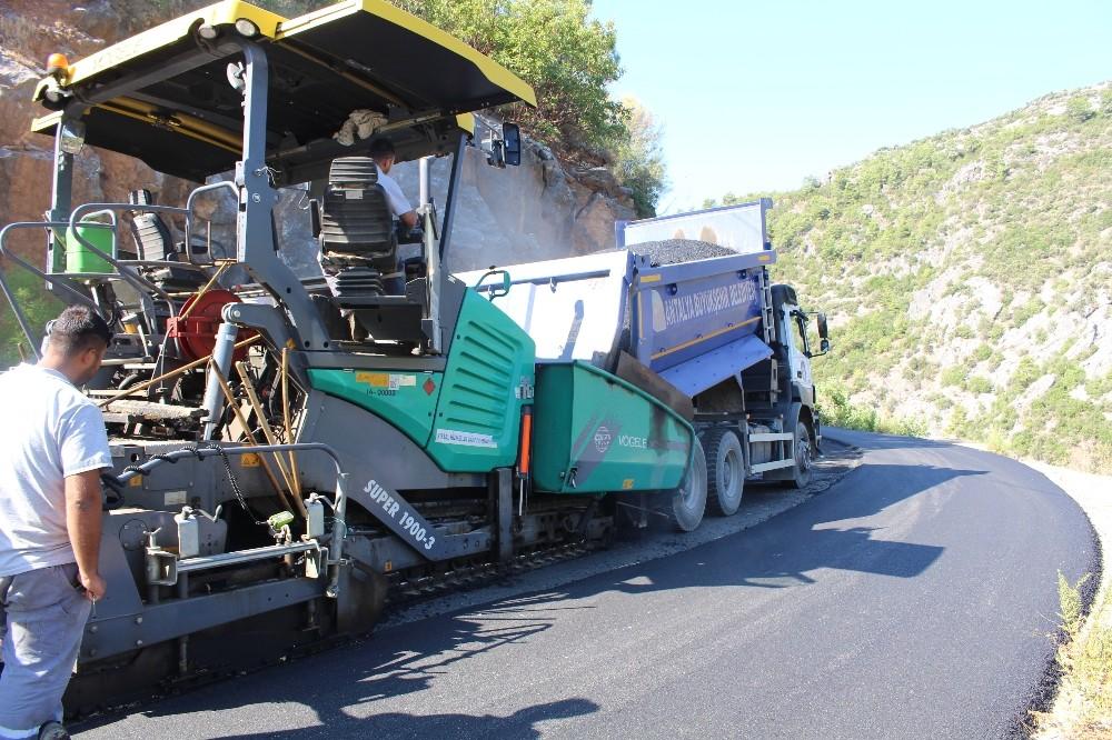 Sugözü'nde sıcak asfalt çalışması devam ediyor