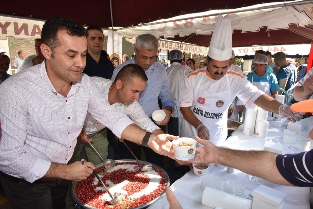 Alanya Belediyesi vatandaşlara aşure ikram etti