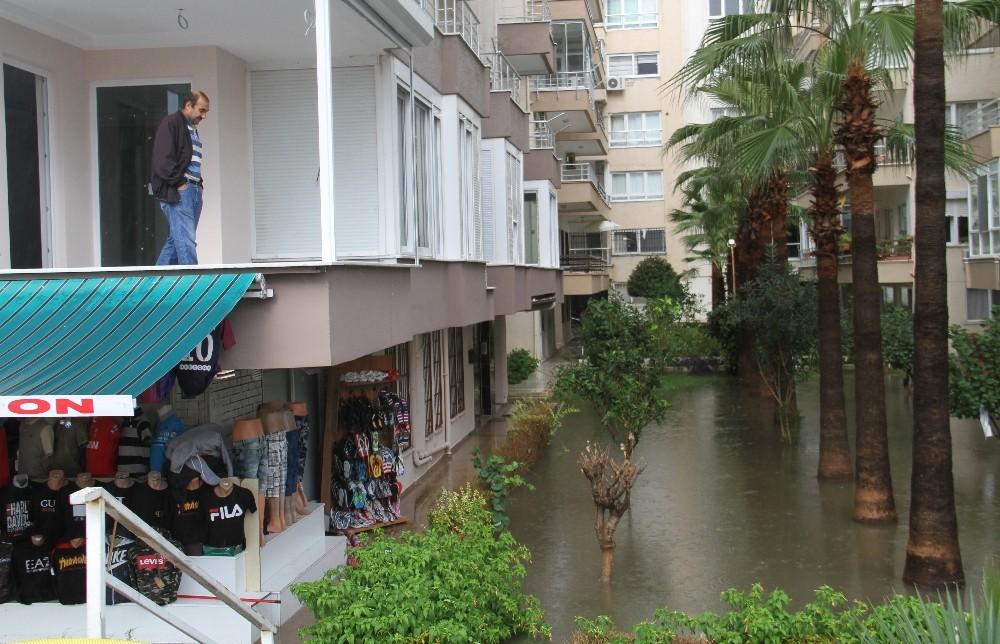 Alanya'da hortum ve yağmur hayatı felç etti