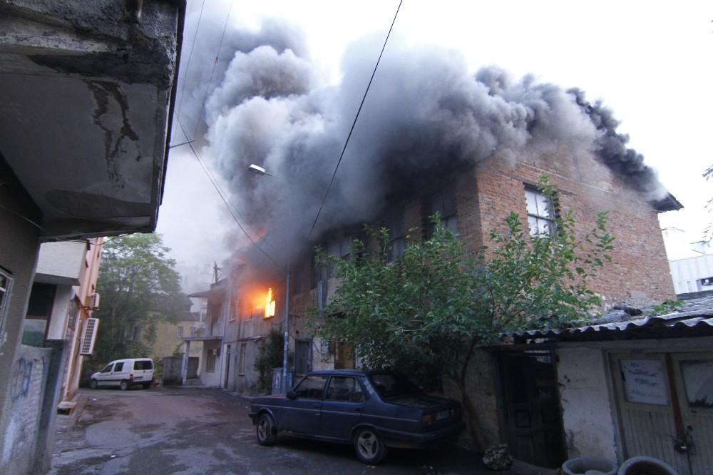 Antalya'da çıkan yangında 3 ev zarar gördü