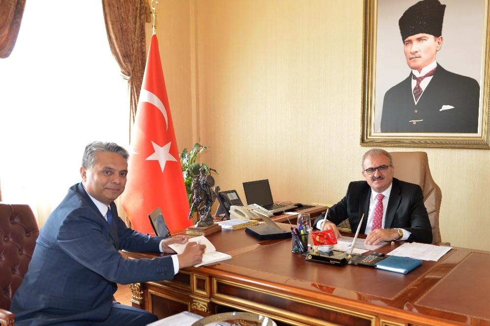 Başkan Uysal'dan Vali Karaloğlu'na imzalı kitap