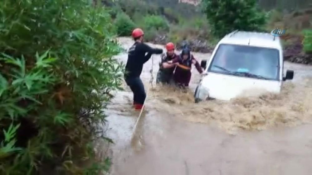 Dereye düşen araçtaki kadını itfaiye kurtardı