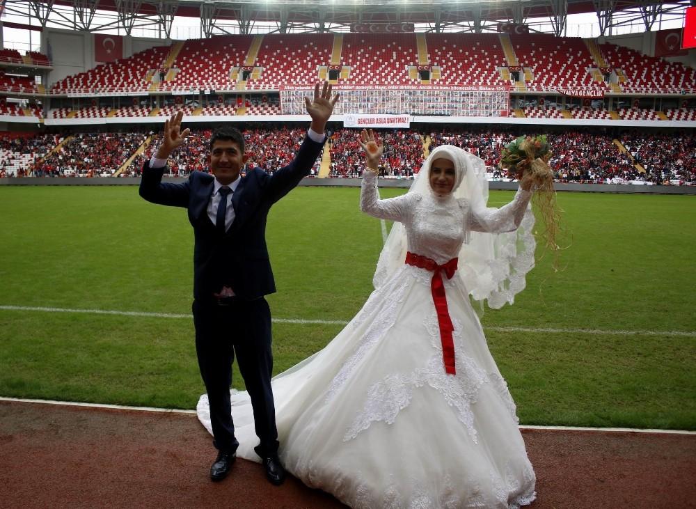 Düğünden çıkıp İşitme Engelliler milli maçına geldiler