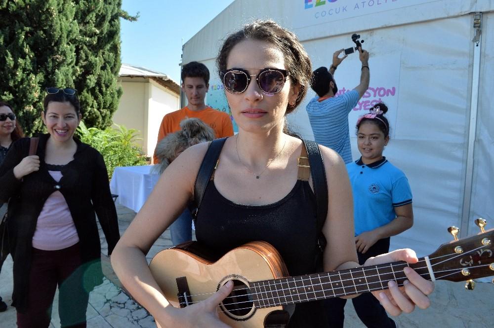 Ezo Sunal, gitar çaldı; çocuklarla şarkılar söyledi