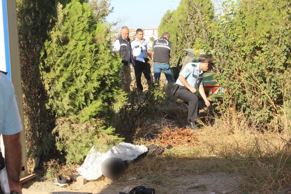 İş yerini açan esnaf önce kaza yapan otomobili sonra cesedi buldu
