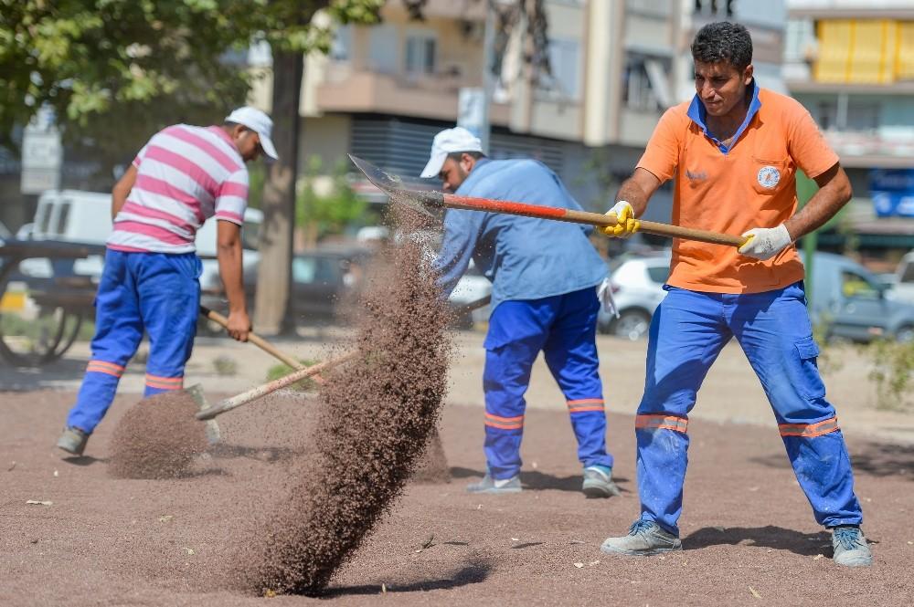 Muratpaşa'da çocukların oyun alanı yıkanmış kırmızı kumdan olacak