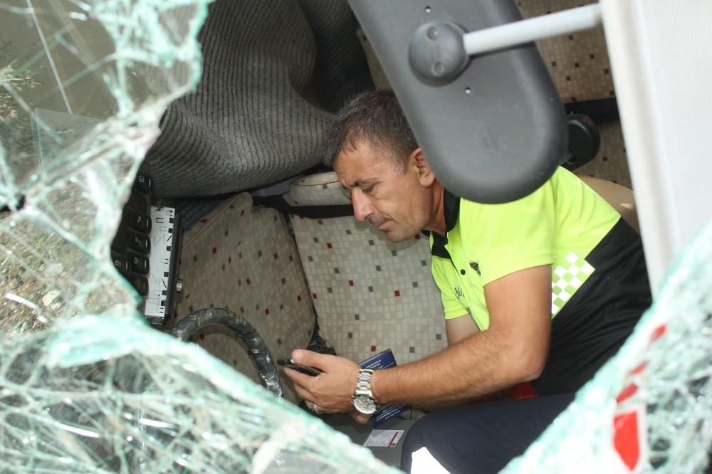Virajı alamayan tur midibüsü duvara çarptı: 2 yaralı