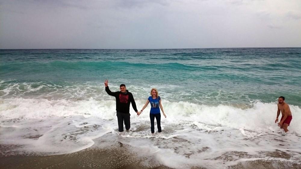 Yağmura aldırış etmeden deniz keyfi yaptılar