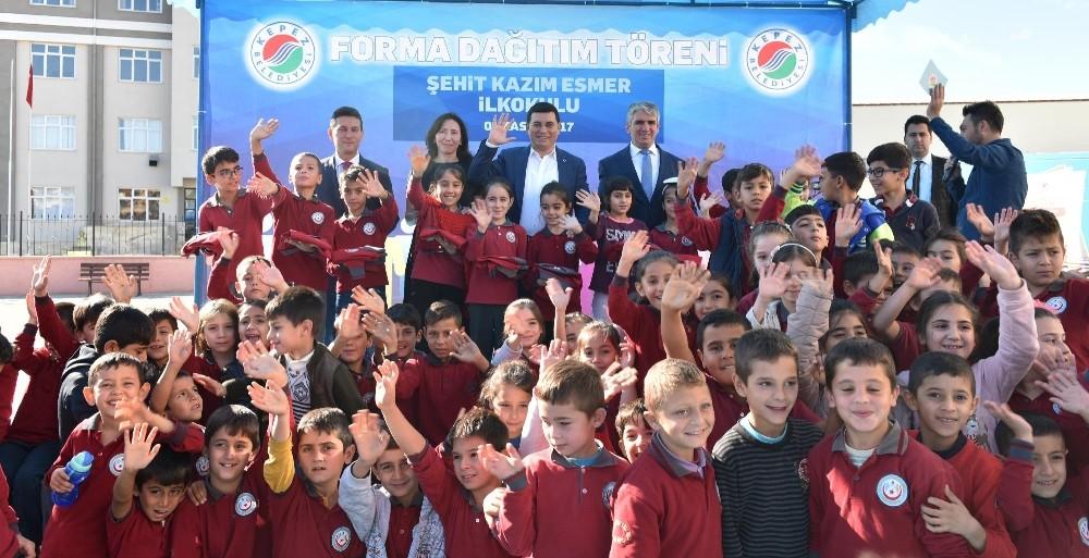 900 öğrencinin okul formaları Tütüncü'den