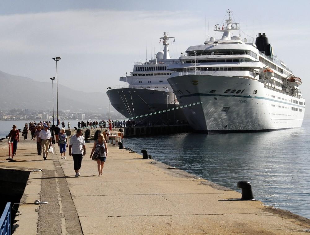 Alanya Limanı'na aynı anda 2 lüks gemi yanaştı